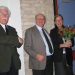 Initiatiefnemer Christian Reumont en zijn echtgenote. Links Vic Lories die de vertaling van het Hallensianummer voor zijn rekening nam.